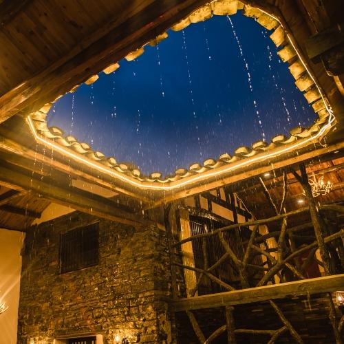 夜色中的雨中拈花谷天井-怎一个美字了得